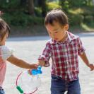 子どもがお友だちのおもちゃを取るのはダメなこと? 親はどうするべき?