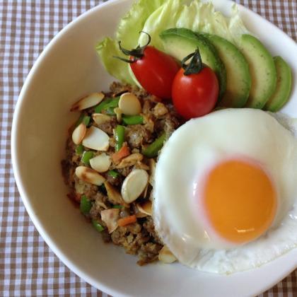 挽肉とツナと野菜のロコモコ丼風カレー炒め