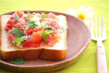 トマトとじゃこのトースト