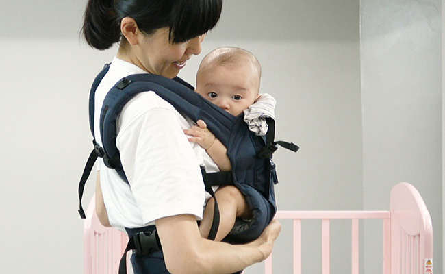 ベルト式抱っこひもの装着方法のイメージ