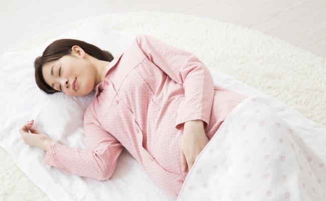 寝ている妊婦