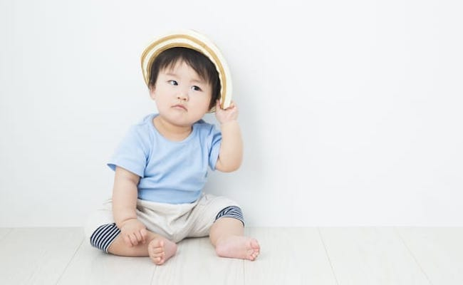 帽子をかぶった赤ちゃん