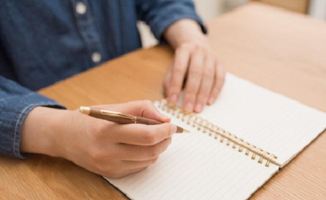 なにかを書いている女性