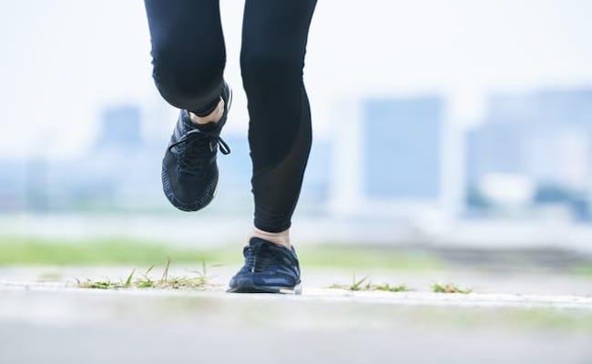 走る女性のイメージ