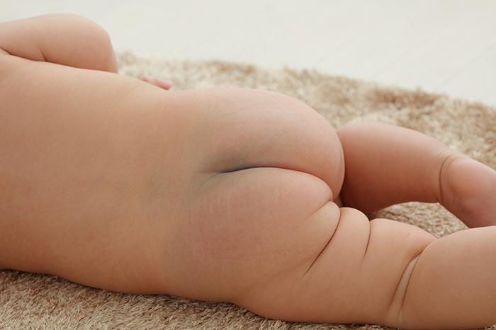 赤ちゃん便秘イメージ