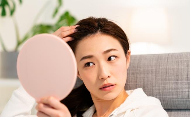 産後の抜け毛がひどい…!いつまで続くの?出産後脱毛症の原因と対策