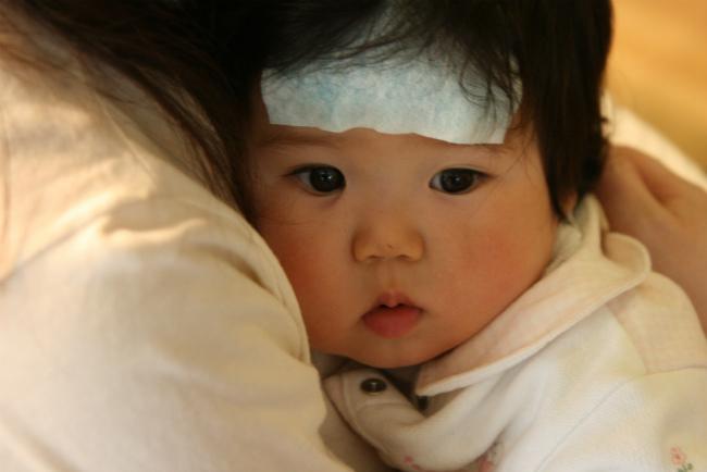 38℃くらいの熱があっても、機嫌がよく食欲もあるときはそれほど慌てる必要はありません。半日くらい様子をみましょう。ただし、生後5ヶ月までの赤ちゃんは急いで手当て