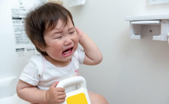 トイレで大泣きする赤ちゃん
