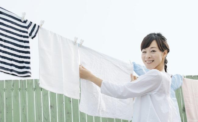 洗濯物を干している女性