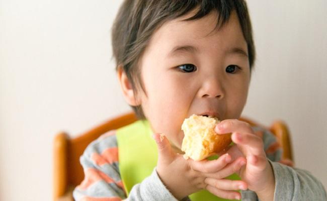 赤ちゃんにおやつを与えるときに大切にしたい4つのポイント