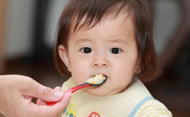 離乳食を始めたら母乳・ミルクはどうするの?月齢別にチェック!