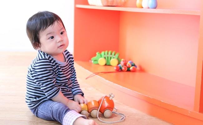 子育て支援センターで遊ぶ赤ちゃんのイメージ