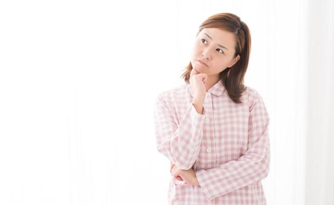 出産時にかわいいパジャマを持参すればよかったと後悔するママのイメージ