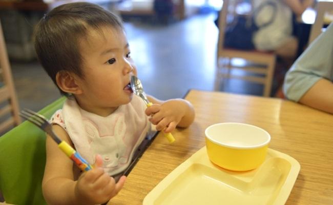 外食する赤ちゃんのイメージ