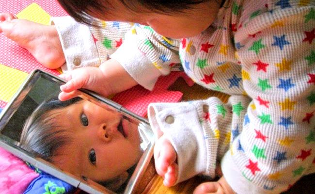 赤ちゃんが遊んでいるイメージ