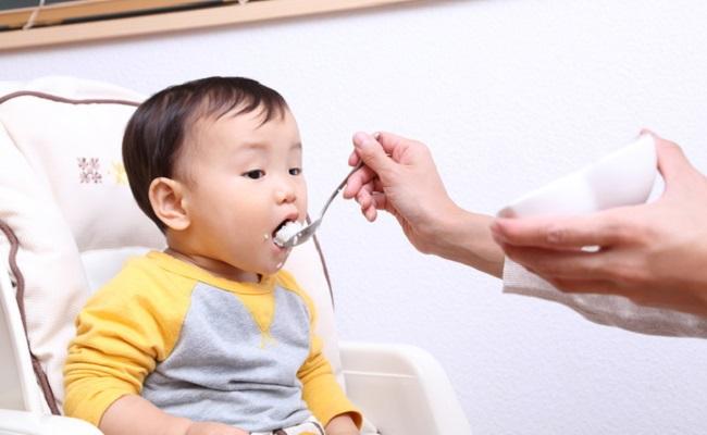 ごはんを食べている赤ちゃんのイメージ