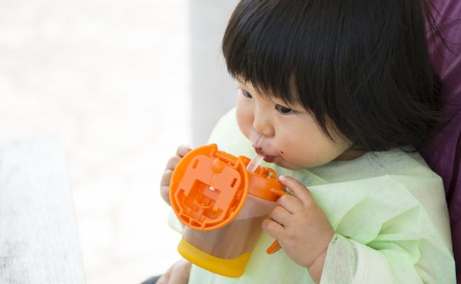 お茶を飲む赤ちゃんのイメージ