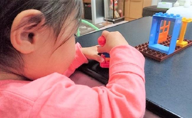 赤ちゃんがおもちゃで遊んでいるイメージ