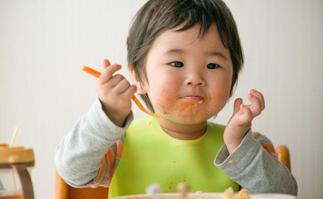 食事をする子どものイメージ