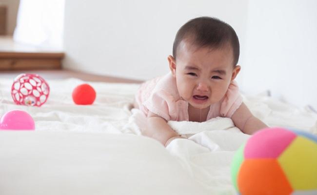 後追いをする赤ちゃんのイメージ