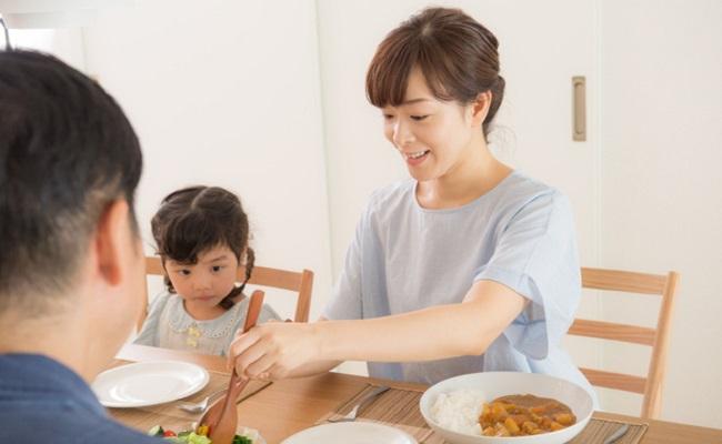 家族での食事イメージ