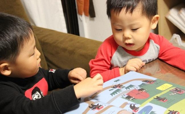 子どもたちが絵本を読んでいるシーン