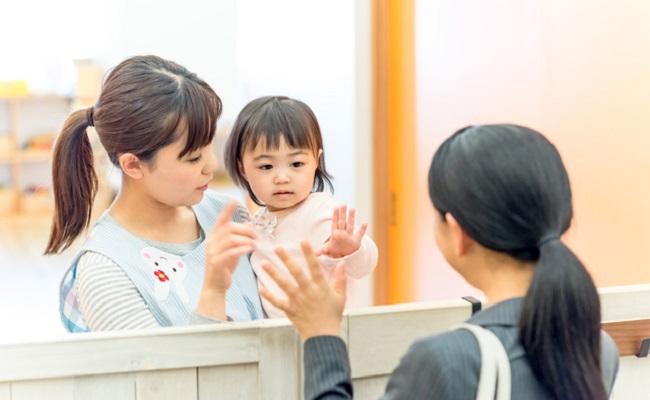 働くママと保育園に通う子どものイメージ