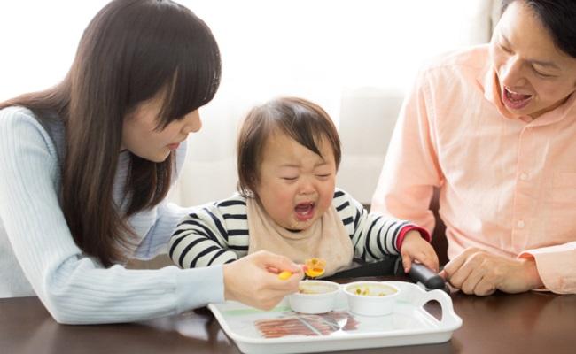 苦手な食材を使った離乳食に挑戦している赤ちゃんのイメージ