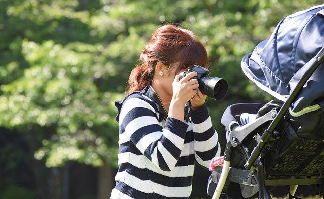 赤ちゃんを撮影するママのイメージ