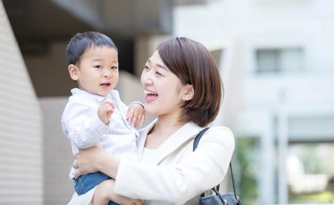 保育園に通うママと子どものイメージ