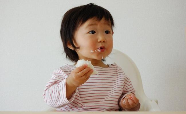 手づかみ食べをする赤ちゃんのイメージ