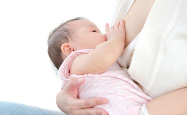 授乳中の赤ちゃん