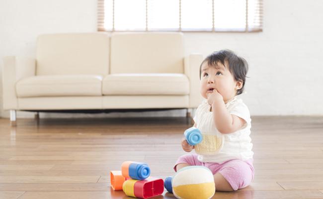 一人遊びをする赤ちゃんのイメージ