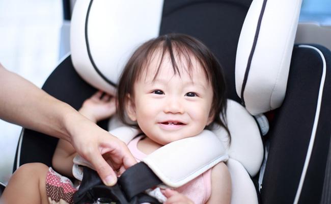 チャイルドシートに座る赤ちゃんのイメージ