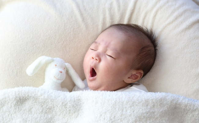あくびをする新生児赤ちゃん