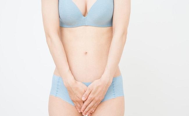 股を気にする女性イメージ