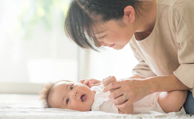 ママと遊ぶ赤ちゃんのイメージ