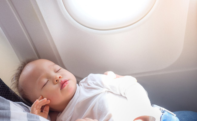 飛行機で移動中の赤ちゃんのイメージ