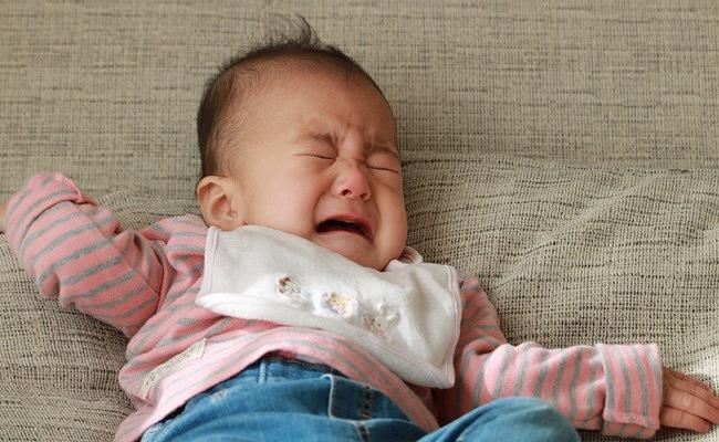 後追いして泣く赤ちゃんのイメージ