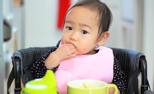 手づかみ食べをしている赤ちゃんのイメージ