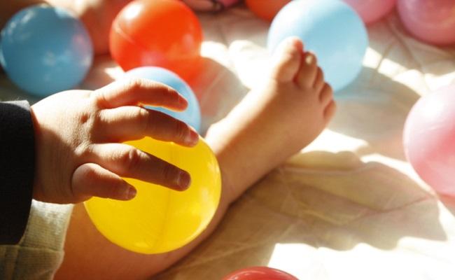 ボールで遊ぶ赤ちゃんのイメージ