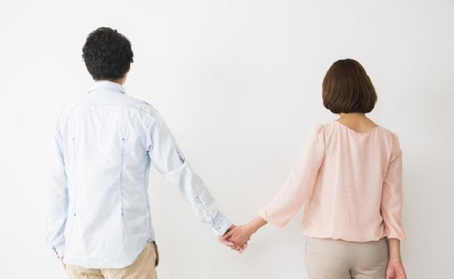 夫婦のスキンシップのイメージ