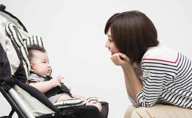 ベビーカーに乗った赤ちゃんを見るママ