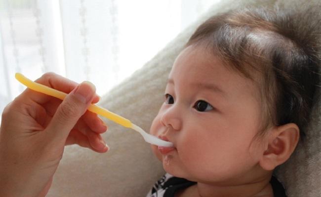 離乳食を始めたばかりの赤ちゃん