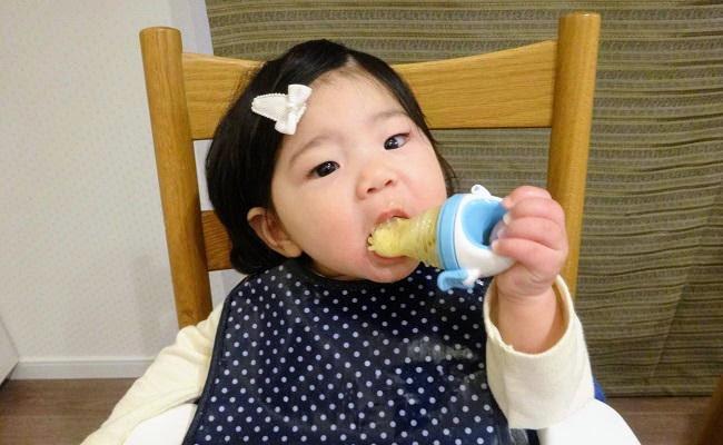 モグフィを使って離乳食を食べている赤ちゃん