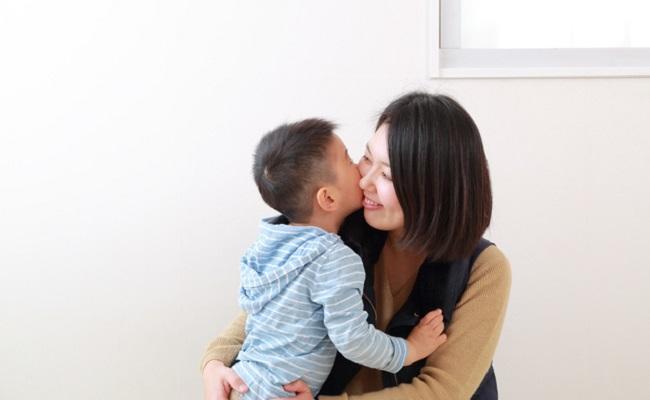 胎内記憶を話している親子のイメージ