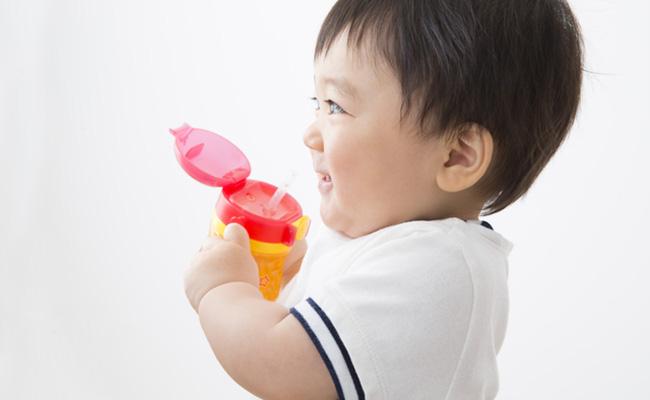 水を飲む赤ちゃんのイメージ