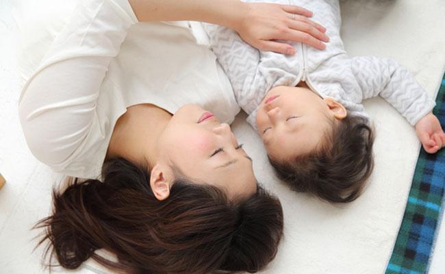 赤ちゃんと添い寝のイメージ