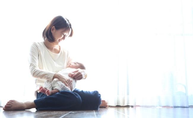 母乳で悩む母親のイメージ