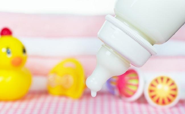 哺乳瓶とミルクのイメージ